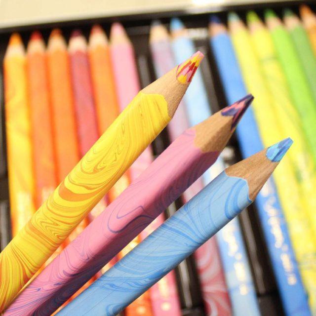 Vrias tonalidades em um nico lpis Confira nossos lpis Multicoloridos!hellip